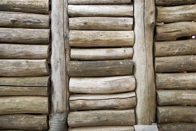 Muur van houten stammen