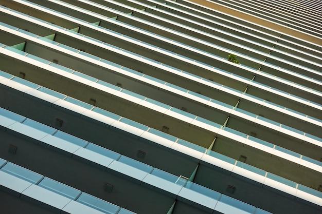Muur van moderne hoogbouw woning met balkons - architectonisch detail en achtergrond
