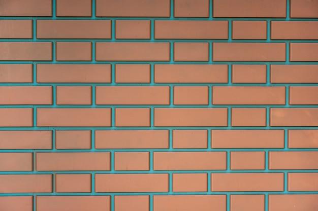 Muur van moderne rode bakstenen vastgemaakt met cement, horizontale oriëntatie