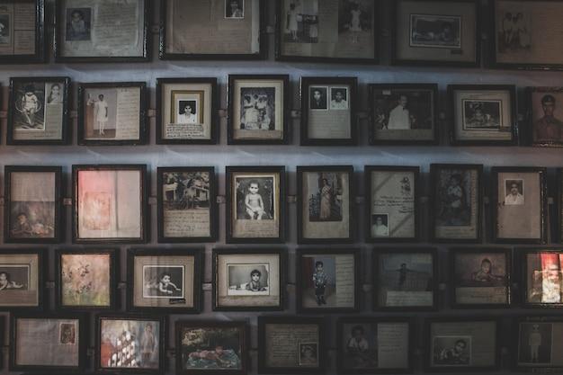 Muur vol oude foto's in fotolijsten
