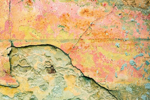Muurfragment met krassen en barstenachtergrond