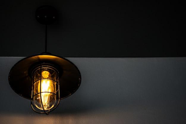 Muurlamp op witte muurachtergrond met exemplaarruimte.