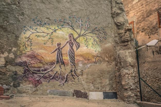 Muurschildering die een ontmoeting van zielen aangeeft in een oud paleis in licata op sicilië