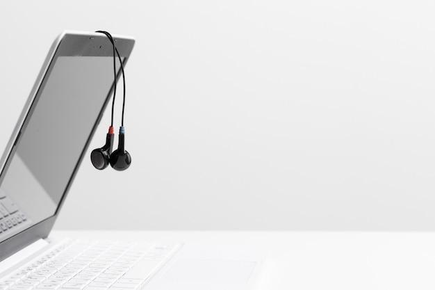Muziek koptelefoon via laptop