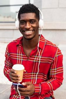 Muziek luisteren en genieten van een koffieconcept