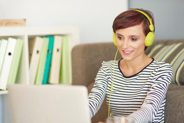 Muziek luisteren en op de computer werken