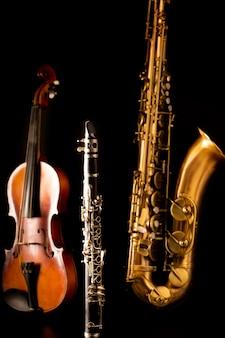 Muziek sax tenorsaxofoon viool en klarinet in zwart