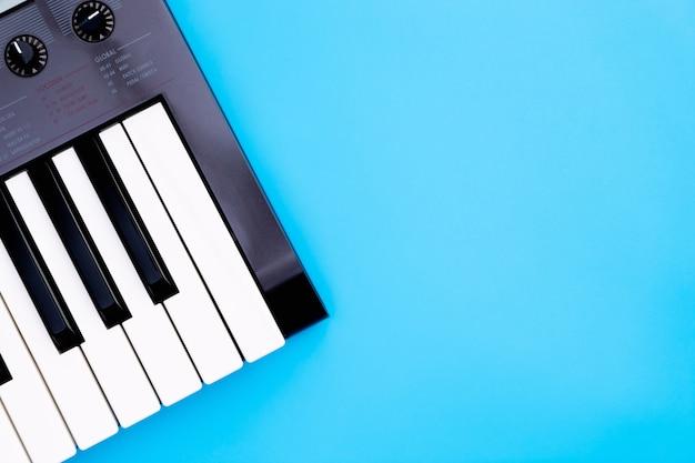 Muziek toetsenbord synthesizer instrument op blauwe kopie ruimte voor muziek poster concept