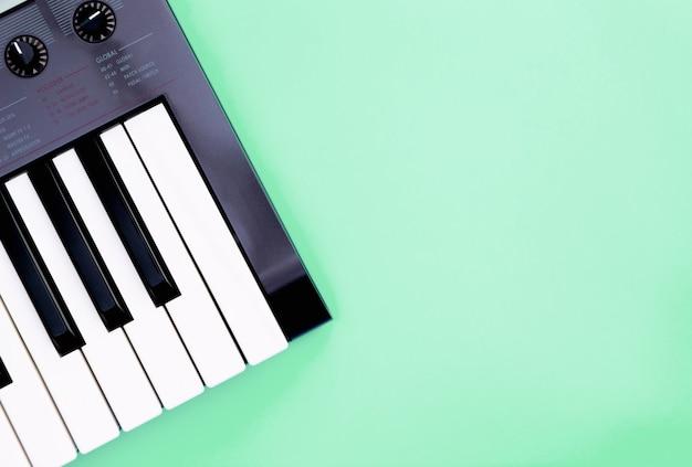 Muziek toetsenbord synthesizer instrument op groenblauw kopie ruimte voor muziek poster concept