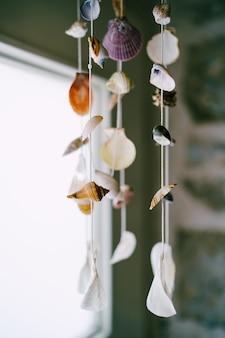 Muziek windschelpen decoratie in het interieur van het appartement in het zeethema van schelpen