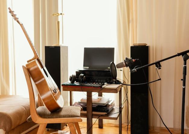 Muziekapparatuur in thuisstudio