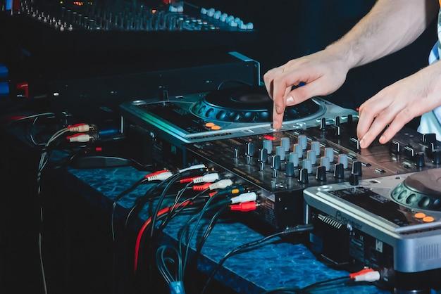 Muziekapparatuur speelt muziek voor dj- en mannenhanden