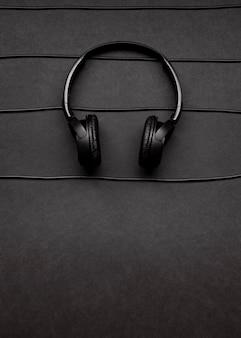 Muziekarrangement met zwarte hoofdtelefoons en kabels met exemplaarruimte