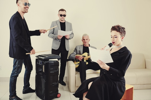 Muziekband die nieuw lied oefent