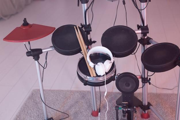 Muziekinstrumenten, hobby en muziekconcept - elektronisch drumstel