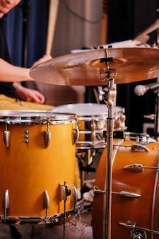 Muziekinstrumenten op het podium, klaar voor het optreden, drumstel op het podium