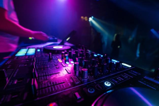 Muziekmixer dj-controller board voor het professioneel mixen van elektronische muziek