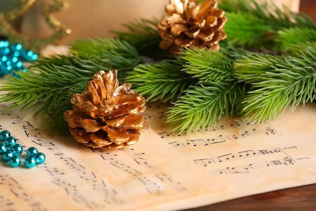 Muzieknoten met kerstversiering close-up