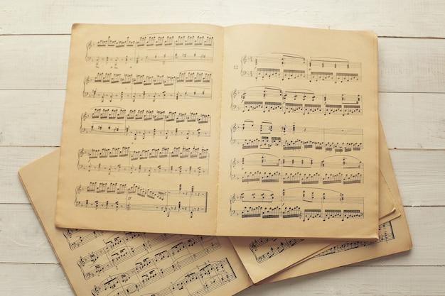 Muzieknoten op papieren