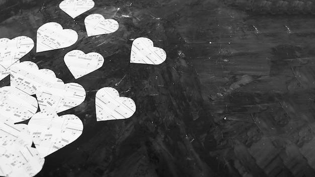 Muzieknotities op hartvormig papier