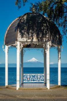 Muziektent op lake llanquihue en osorno vulkaan frutillar llanquihue los lagos patagonië chili