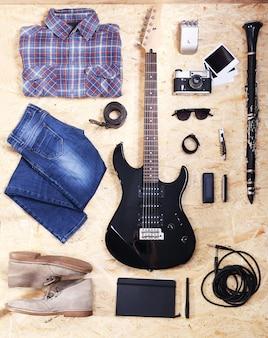 Muziekuitrusting, kleding en schoeisel op houten