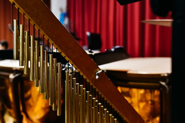 Muzikaal detail van gouden windchimes.