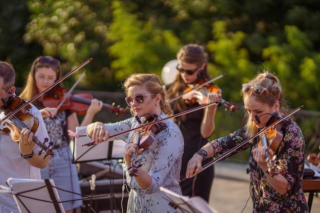 Muzikaal ensemble dat viool speelt bij openluchtconcert