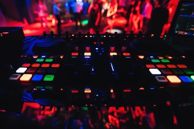 Muzikaal paneelbord en een dj voor muziek dj in een nachtclub