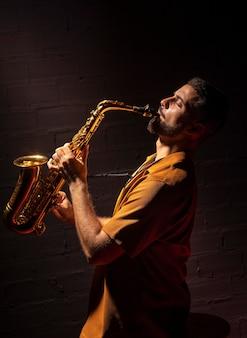 Muzikant die hartstochtelijk saxofoon speelt