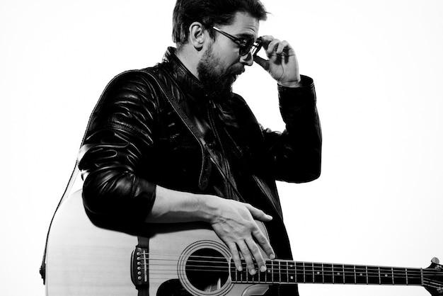 Muzikant met gitaar poseren
