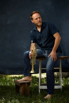 Muzikant poseren met zijn instrument