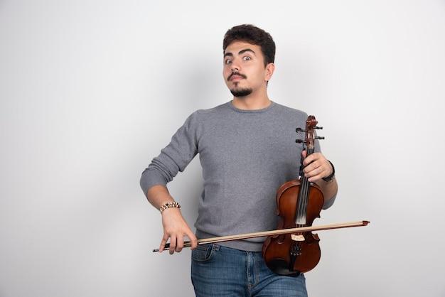 Muzikant speelt een romantisch klassiek stuk op zijn viool.