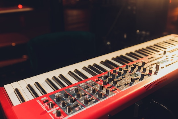 Muzikant speelt op het toetsenbord synthesizer piano toetsen. muzikant speelt een muziekinstrument op het concertpodium.