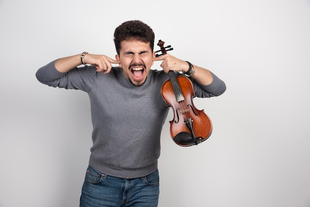 Muzikant speelt viool en weigert de critici te horen.