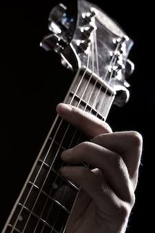 Muzikant spelen op gitaar