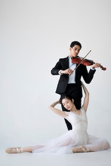 Muzikant viool en ballerina poseren spelen