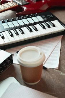 Muzikant werkplek op grijze getextureerde tafel, close-up
