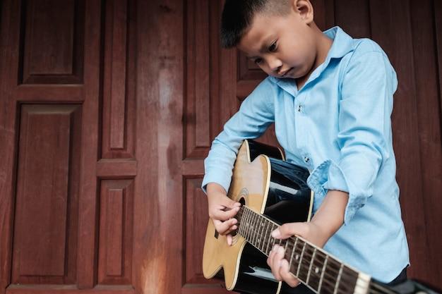 Muzikanten die gitaar spelen