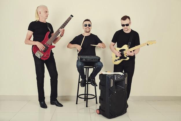 Muzikanten spelen tijdens de repetitie