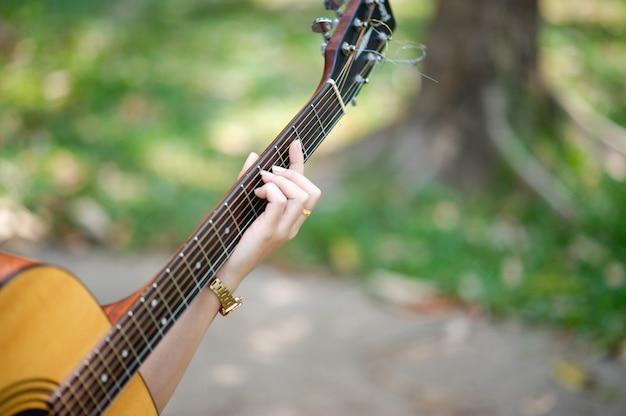 Muzikantenhanden en akoestische gitaren, muziekinstrumenten met zeer goed geluid