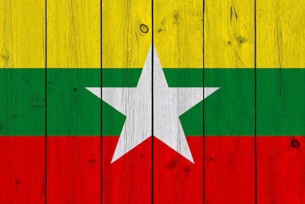 Myanmar vlag geschilderd op oude houten plank