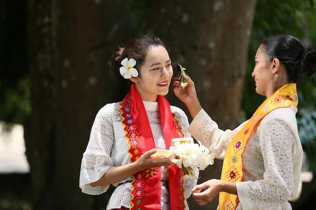 Myanmar-vrouwen die bloemen houden bij een tempel zuidoost-aziatische jonge meisjes met traditionele kleding