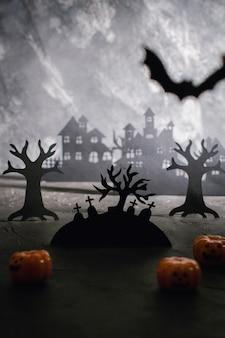 Mysterieus nachtlandschap met huissilhouetten en kerkhof sjabloon voor ontwerp met ruimte voor tekst.