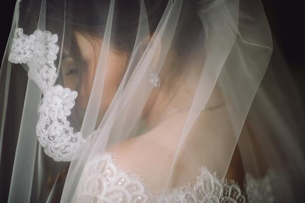 Mysterieus portret van een bruid verborgen onder de sluier