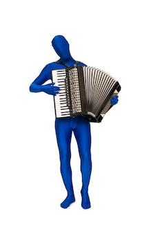 Mysterieuze blauwe man in blauw pak speelt de accordeon