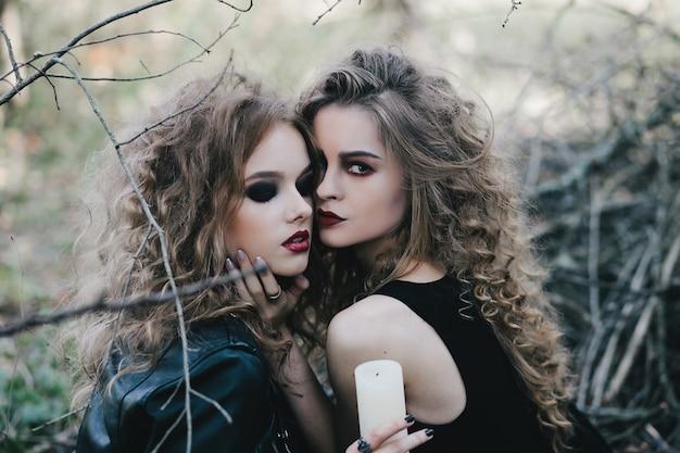 Mysterieuze heksen poseren met een kaars
