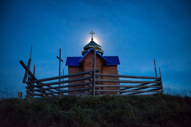 Mysterieuze kerk boven maanlicht bij donkerblauwe nacht