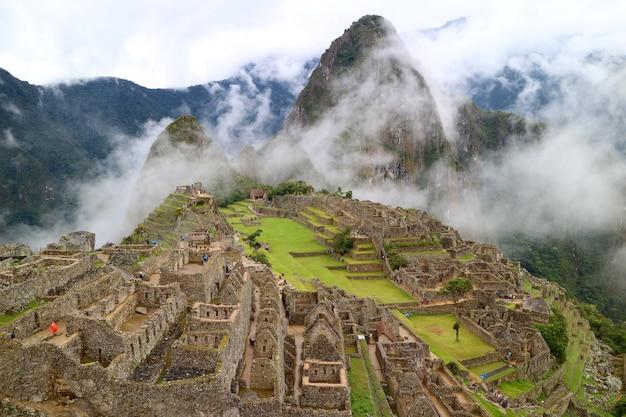 Mysterieuze machu picchu in de lichte mist, cusco region, urubamba province, peru