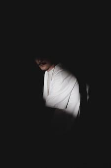 Mysterieuze man met een snor in de schaduw